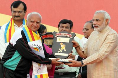 Indian Prime Minister Narendra Modi awarding Trophy to Kshitish Purohit